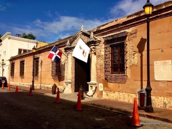 street with flag saying Museo Infantil Trampolin in Santo Domingo