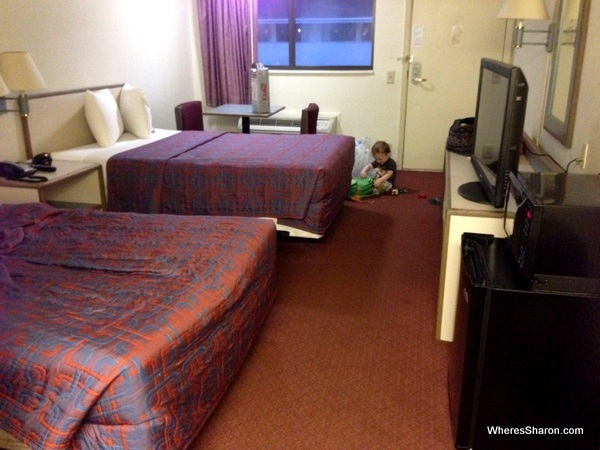 hotel room with double beds, tv, microwave and firdge in red roof in ridgeway motel chains USA