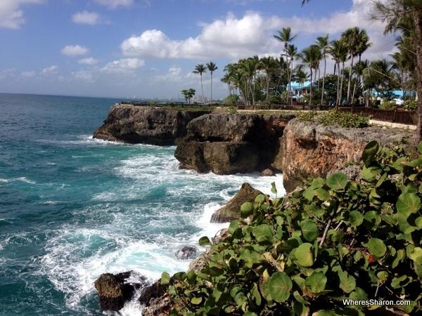 Santo Domingo National Aquarium outside by cliffs