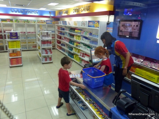 Z is a customer and S a cashier at Kidzania's convenience store, a miniture Indomart.